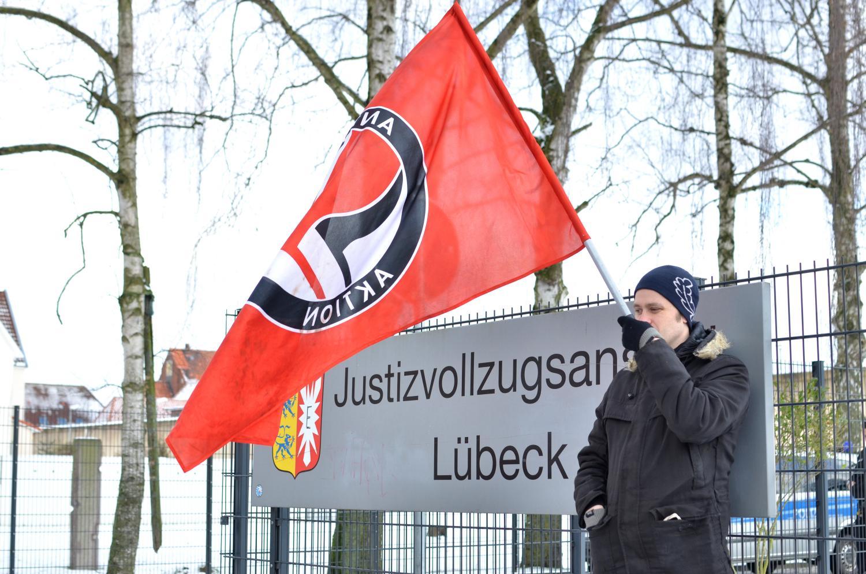 Antifa-Flagge vor JVA